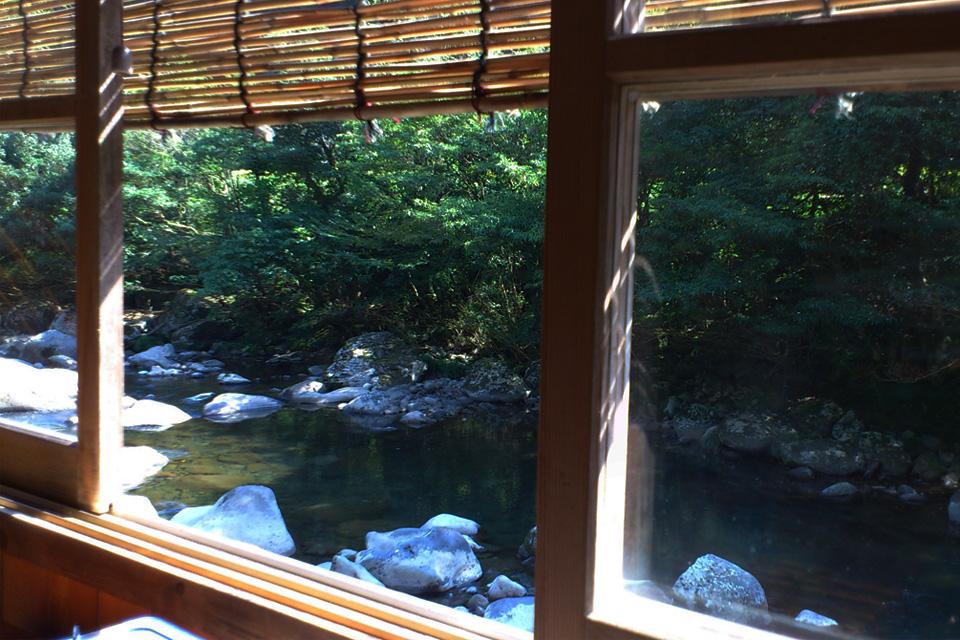 個室の窓から見渡せる川・座敷 きじ料理「きじや」熊本県人吉市