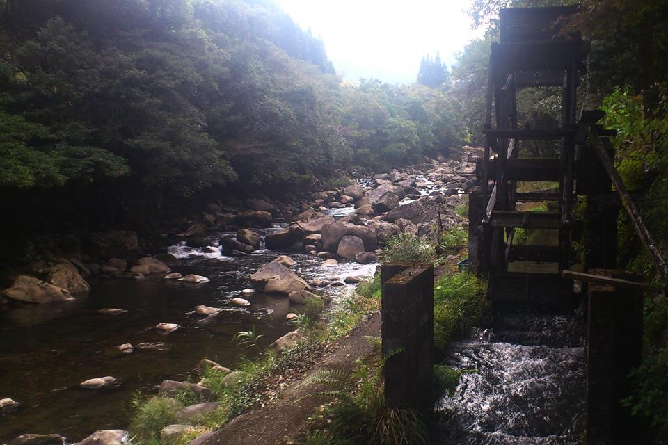 お店の前を流れる川と水車「きじや」熊本県人吉市