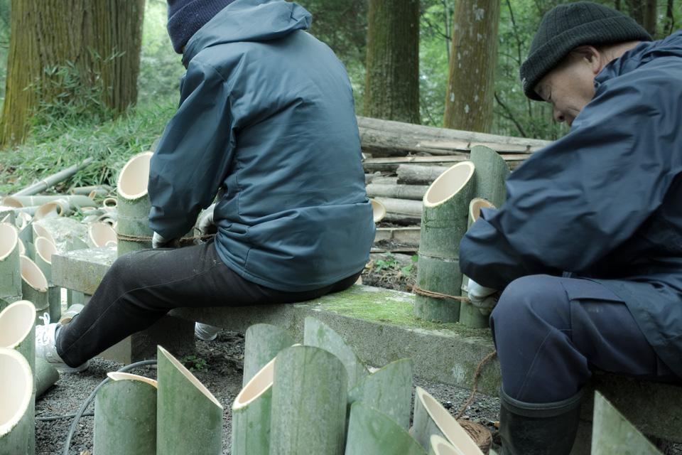 加工した竹筒を束ねる「熊野神社」湧水町