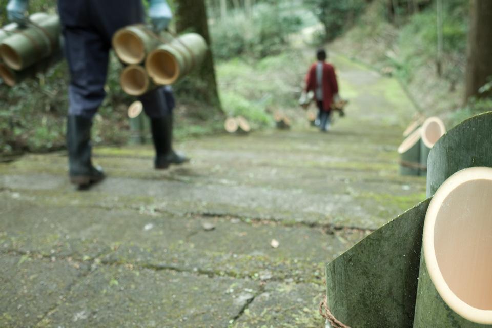 竹筒を参道に運ぶ「熊野神社」湧水町