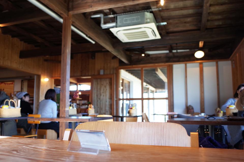 マザルバカフェ店内のテーブル席-鹿児島市春山町