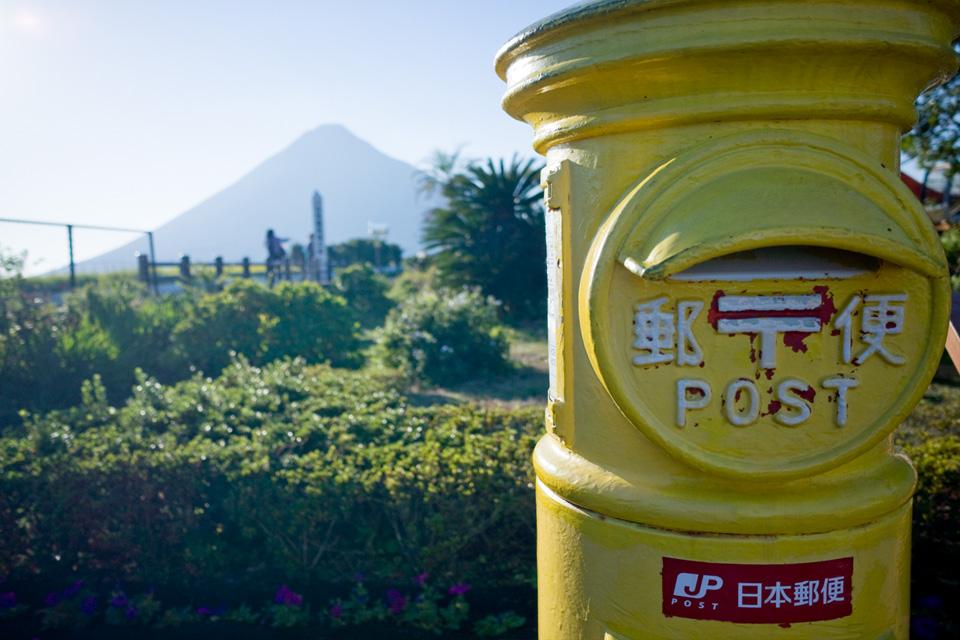 幸せを届ける黄色いポスト JR日本最南端の駅「西大山駅」