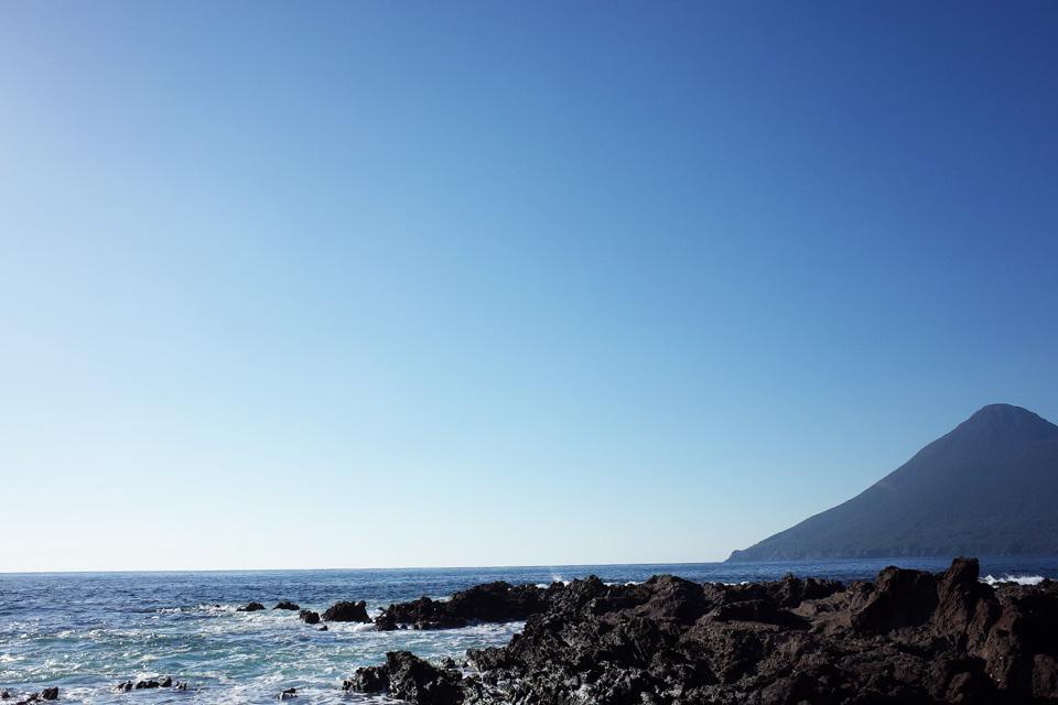 岩場からの開聞岳「長崎鼻」指宿市