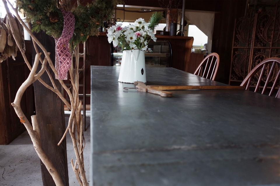 土間のテーブル席 古民家カフェ・スーベニア 姶良市蒲生町