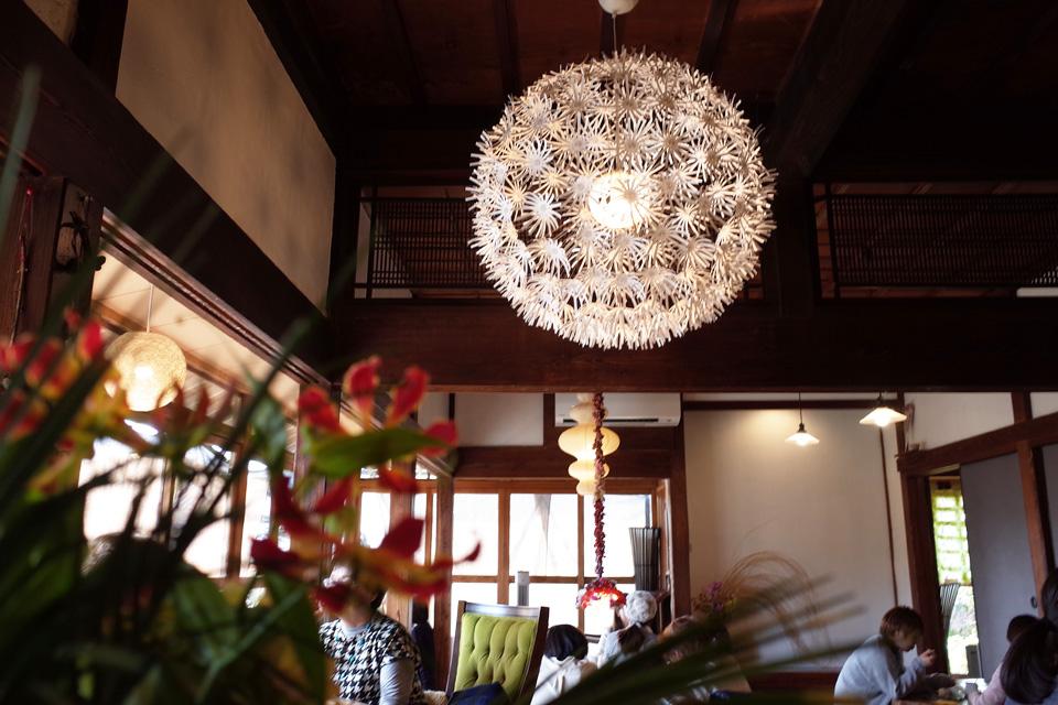 カフェ店内と照明「蒲生茶廊ZENZAI (ぜんざい)」姶良市蒲生町