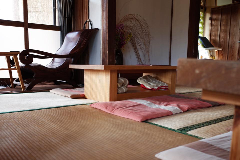 カフェ店内、縁側と椅子、座敷「蒲生茶廊ZENZAI (ぜんざい)」姶良市蒲生町