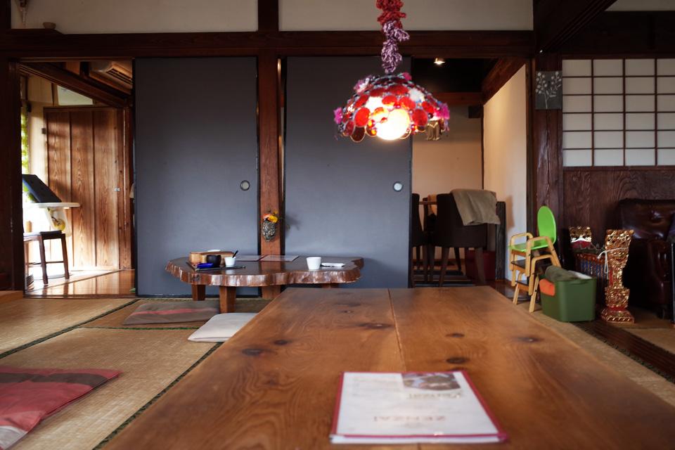 カフェ店内座敷席(テーブル)「蒲生茶廊ZENZAI (ぜんざい)」姶良市蒲生町