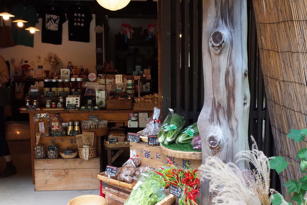 みやげもの店「きりん商店」商品が並んだ店内 鹿児島県霧島市牧園町