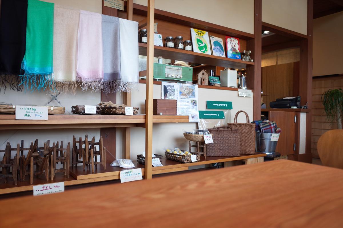 店内・シルク商品や雑貨-養蚕農家カフェ桑の実/指宿市