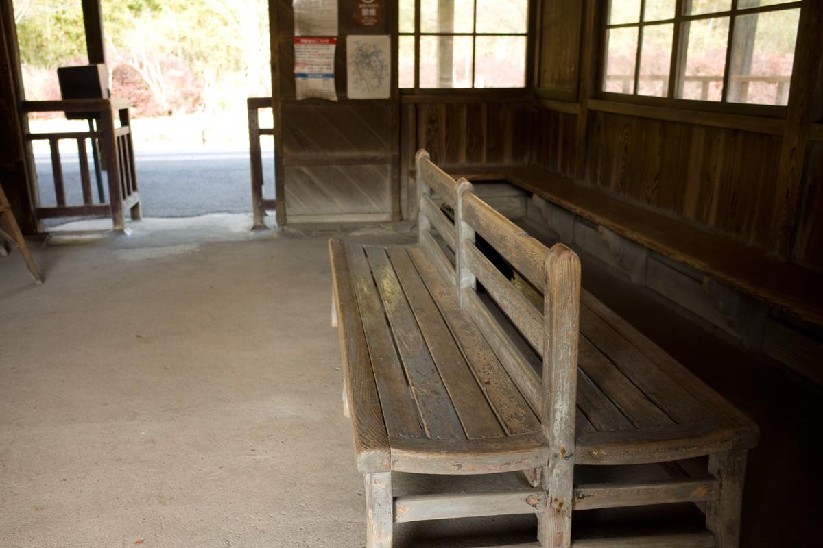 木造駅舎内ベンチ-JR肥薩線「嘉例川駅」鹿児島県霧島市