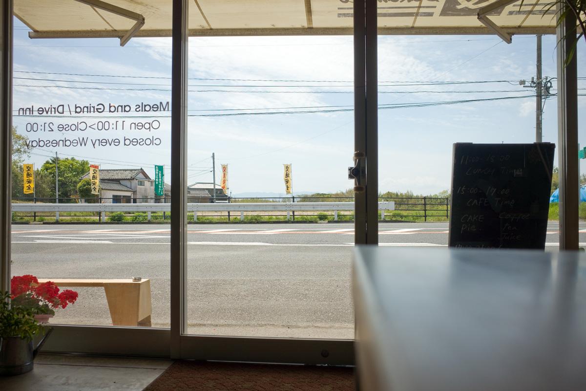 志布志のカフェ 「Meals and Grind/Drive Inn(ミールス アンド グラインド ドライブイン)」店内からの景色 鹿児島県志布志市