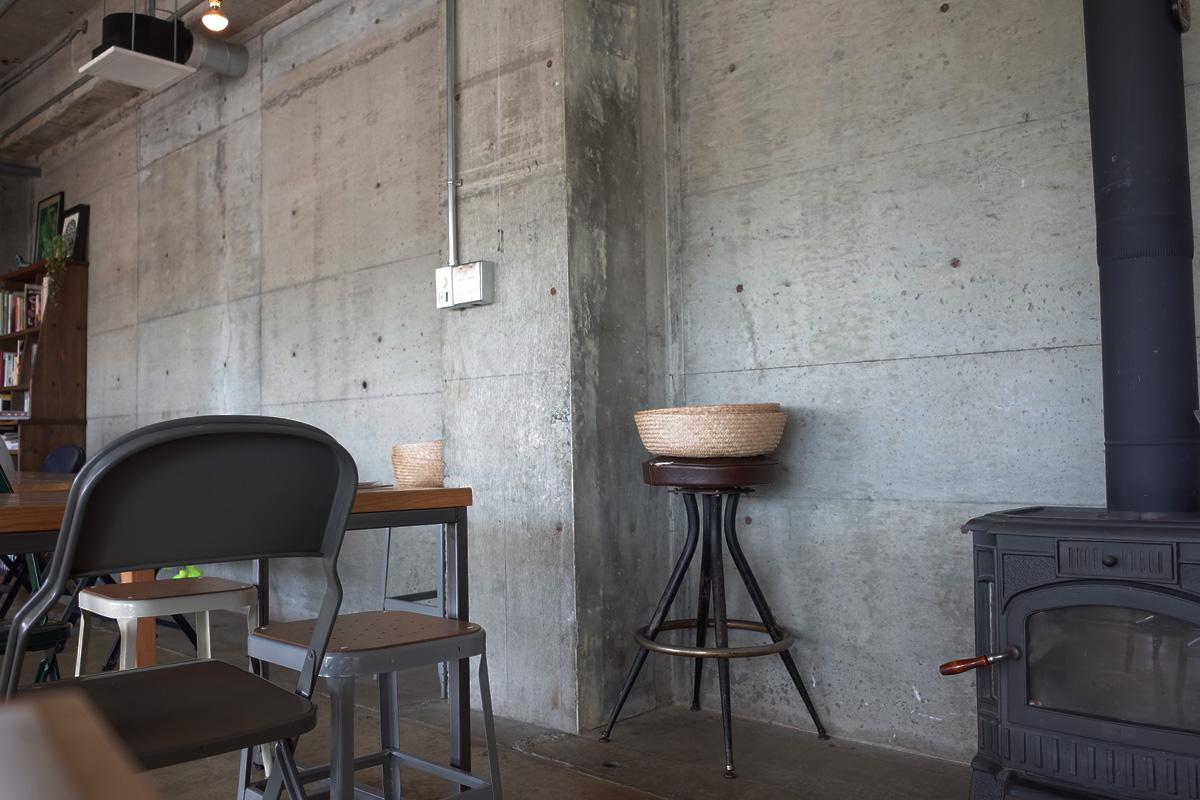 志布志のカフェ 「Meals and Grind/Drive Inn(ミールス アンド グラインド ドライブイン)」テーブル席 鹿児島県志布志市