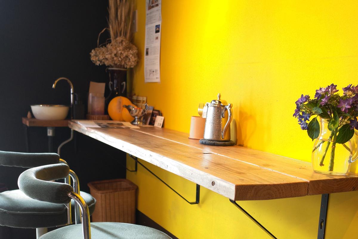 テーブル席「ただカレー屋やりたいだけ」 鹿児島県霧島市